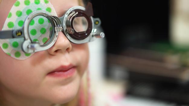 Uno de los métodos más comunes que utilizamos en nuestras ópticas para medir la capacidad visual de niños a partir de los 3 años de edad son los optotipos.